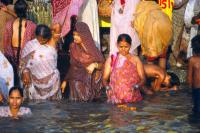 Hindus am Ganges, Varanasi in Indien.