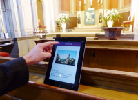 Tablet in Kirchenbank