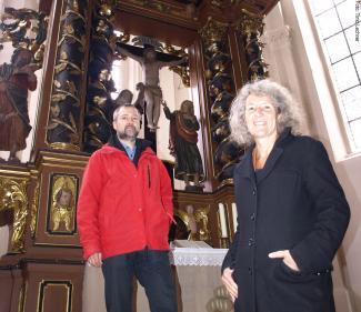 6e59990cbf2df4 Pfarrerin Barbara Eberhard und Kirchen-Historiker Matthias Görtz vor dem  Altar der Kirche in Frauenaurach