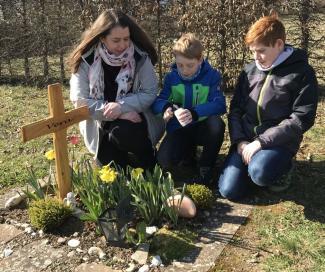Kinder am Grab trauern